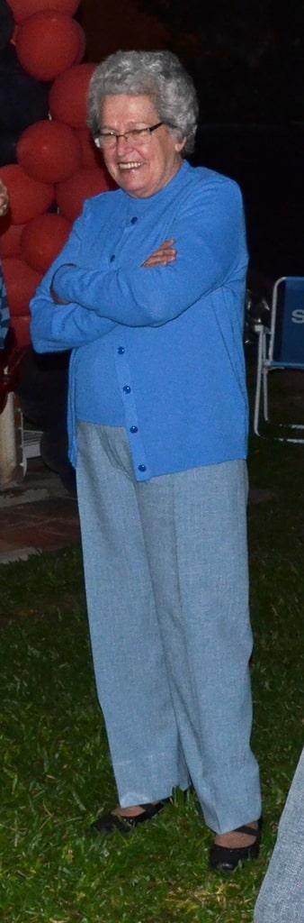 Nome completo: Beatriz Joana Von Hohendorff Winck - Idade: <?php echo $idade ?>                 anos - Última vez vista: Santuário de Aparecida/SP. - Características: Cabelos curtos, grisalhos e                 encaracolados, olhos azuis, pele branca, 1,65m de altura e cicatriz no pescoço. - Idioma: Português e                 Alemão - Desaparecida desde: 21/10/2012